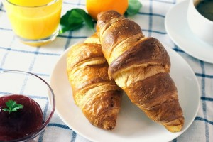 accueil location saisonnière avec des croissants au petit déjeune