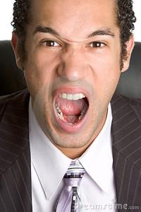 homme qui crie 200x300 Pourquoi vous devriez lorgner sur limmobilier de bureau?