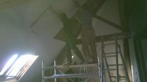 Les ouvriers ont un peu peiné à placer le placo sur les rampants...