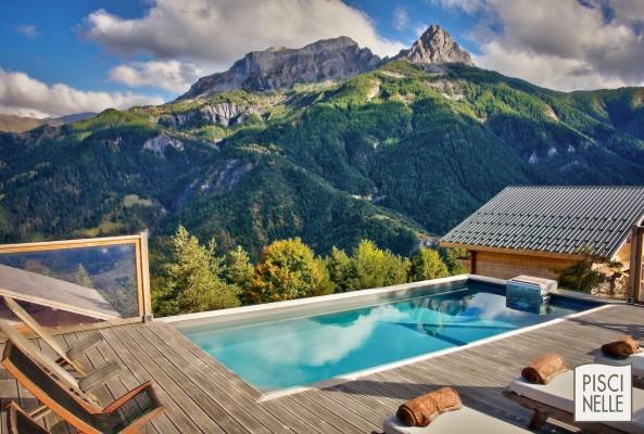 piscine-rectangulaire-terrasse-bois-gite-montagne