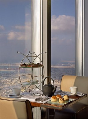 restaurant-plus-haut-monde-At.mosphere-Burj-Khalifa-Dubai-tea-time-452x610