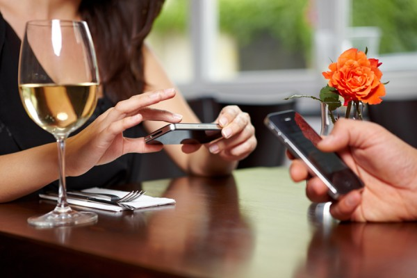 smartphone-restaurant-robert-kneschke-fotolia-com