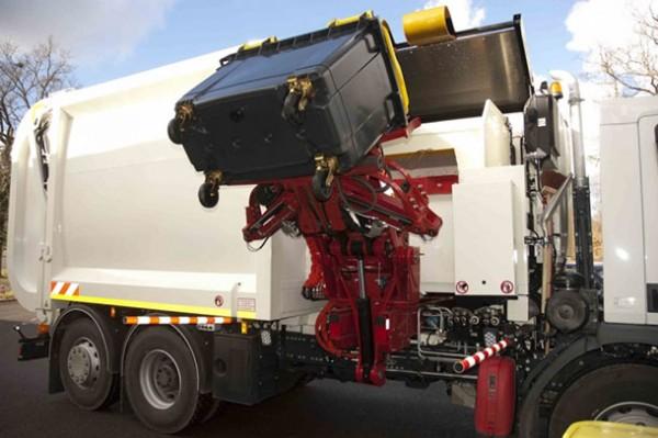 Camion-poubelle-avec-bras-robotisé